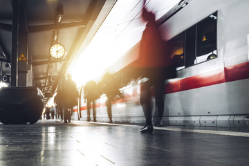 Menschen am Bahnhof