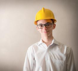 giovane sorridente con in testa caschetto protettivo