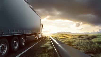 LKW auf Autobahn im Sonnenuntergang