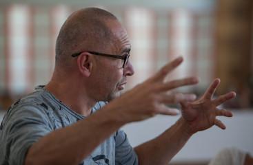 master of the dance workshop explains gesticulating