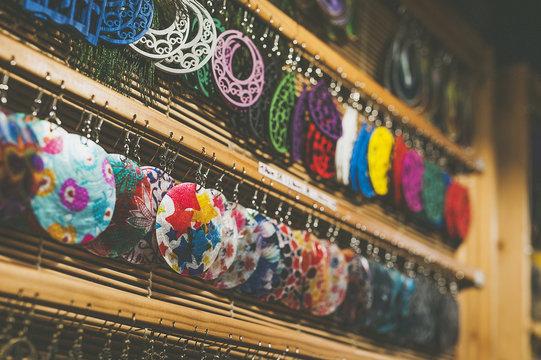Présentoir à bijoux, boucles d'oreilles colorées