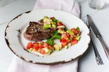 Rinderfilet mit Tomaten-Avocado-Salat