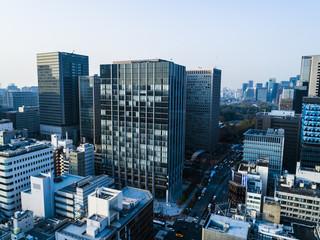 俯瞰した都会のオフィスビル。