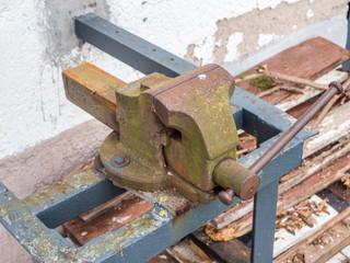 Alter Schraubstock aus Metall