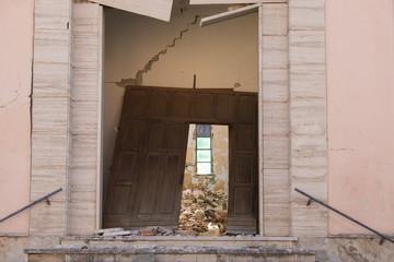 Danni all'entrata di una chiesa dovuti al forte terremoto di Norcia