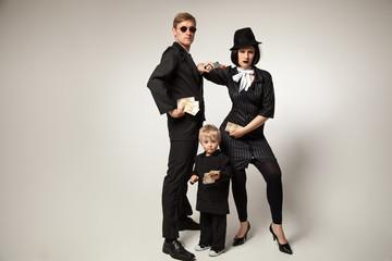Familie als Gangster verkleidet