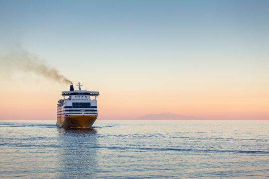 Ferry en Méditerranée au petit matin