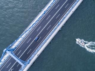 モーターボート。橋の俯瞰。
