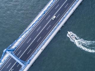 橋の下を渡る旅客船。