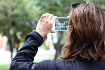 Mujer sacando una foto en la calle