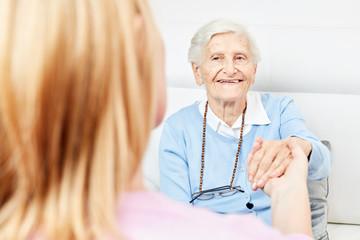 Pflegekraft auf Hausbesuch bei einer Seniorin