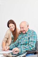 Alter Mann mit Demenz Risiko löst Rätsel