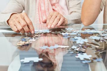 Hände beim Puzzle spielen als Gedächtnistraining