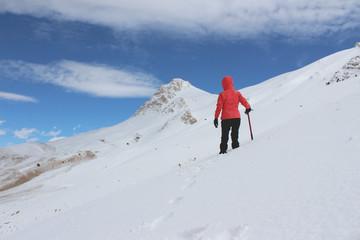 Kırmızı/pembe montlu dağcı kadın