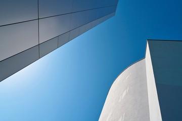 Moderne Architektur und blauer Himmel in der Innenstadt von Magdeburg