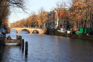 Canal à Amsterdam en automne aux Pays-Bas