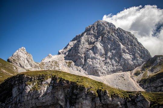 Berggipfel des Mangart in den Julischen Alpen