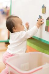 キッズルームで遊ぶ赤ちゃん