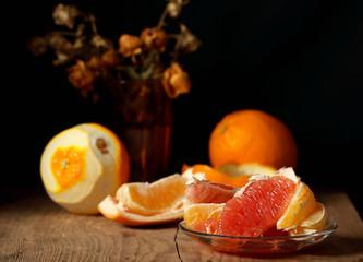 апельсин свежий сочный лежит на столе чёрный фон