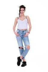 Junge Frau posiert in kaputter Jeans Hose
