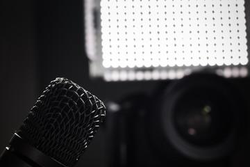 Videoreporter Setup Mikrofon, Kamera, Licht