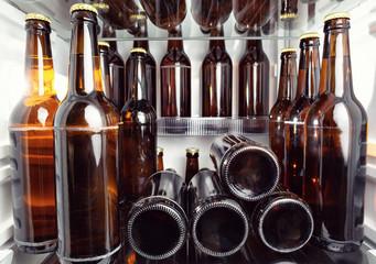 Papiers peints Biere, Cidre Kühlschrank voll gefüllt mit Bierflaschen