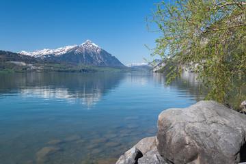 Idylle am Wasser - See mit soigelung vom Berg in der Schweiz