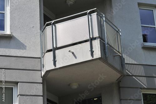 Moderner Balkon mit Metall-Geländer an Wohngebäude\
