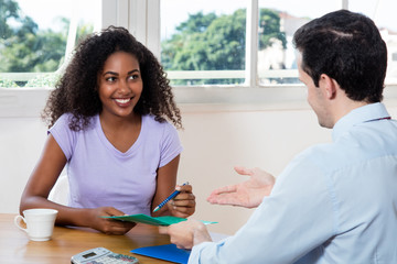 Junge Frau beim Bewerbungsgespräch