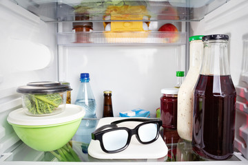 Brille liegt im Kühlschrank