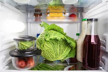 Verschiedene Lebensmittel im Kühlschrank