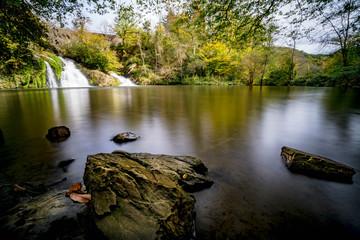 Wasserfälle an einem kleinen See, langzeitbelichtet