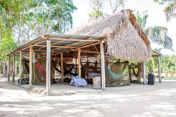 Dschungelcamp: Hütten aus Palmen und Wellblech mit Hängematten