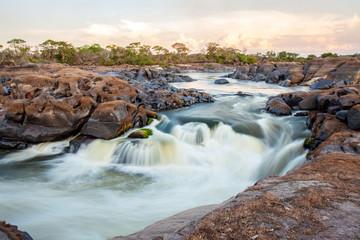 Langzeitbelichtung von Wildwasser und Stromschnellen im Orinoco. Grenzfluss zwischen Venezuela