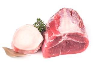 viande de boeuf paleron cru à mijoter isolée sur fond blanc