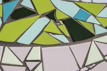 fondo con azulejos partidos. fondo con azulejos partidos en verde y rosa en el exterior de un edificio en Madrid. España