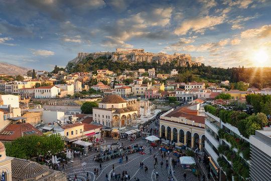 Blick auf den Parthenon Tempel der Akropolis und die Altstadt Plaka von Athen bei Sonnenuntergang
