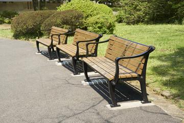 新緑の美しい公園のベンチ