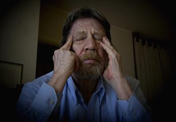 Uomo anziano, emicrania, cefalea.