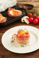 Egg muffins in crispy bacon