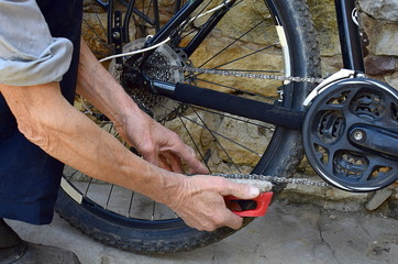 Cleaning the bicycle chain, close-up.