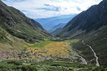 Valle entre montañas en el Pirineo catalan