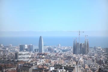 Vista panorámica de la ciudad de Barcelona co el mar de fondo.