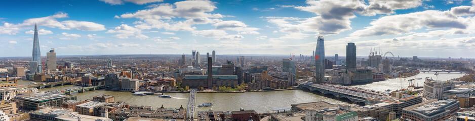 Fotomurales - Blick über die Skyline von London: von der London Bridge bis nach Westminster
