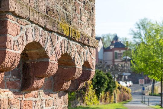 Historische Mauer vor dem Standesamt Höchst in Frankfurt am Main