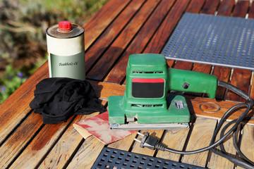 Schleifmaschine, Sandpapier und Holzöl
