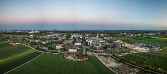 Unterföhring aus der Vogelperspektive als Aerial zum Sonnenaufgang mit einem Feld im Vordergrund