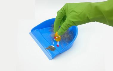 lustiger 3d Character in Tropfenform fegt Schmutz von einem Kehrblech. Eine Hand mit grünem Gummihandschuh, greift nach ihm. 3d Illustration