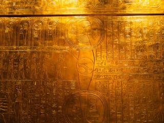 Ägyptische Schriftzeichen in Gold graviert