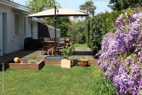 terrasse en bois exotique et salon de jardin pr s d 39 une. Black Bedroom Furniture Sets. Home Design Ideas